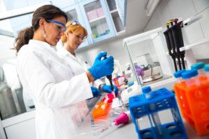 Scientifiques en laboratoire